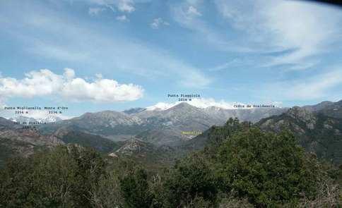 Toujours le village de Bastelica vu de la pointe de Sardaja. Sur la gauche le Monte D'Oro le la Punta  Migliarellu.