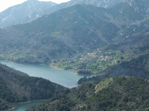 Le lac et le village de Tolla, vus de la crête de Sardaja.