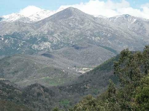 Le village de Bastelica, vu de la pointe de Sardaja.